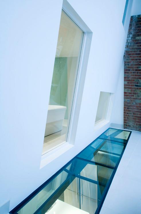 que-492x745px-queens-threatre-battersea-windows