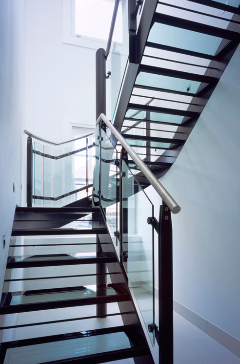 que-492x745px-queens-threatre-battersea-stairs